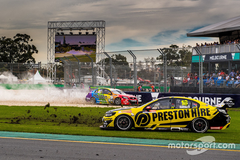 Crash von Nick Percat, Brad Jones Racing, Holden; Lee Holdsworth, Team 18, Holden