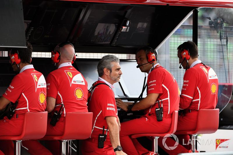 Maurizio Arrivabene, jefe de Ferrari, y varios miembros del equipo en el muro