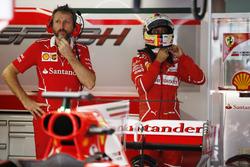 Un mécanicien Ferrari devant la voiture de Sebastian Vettel, Ferrari