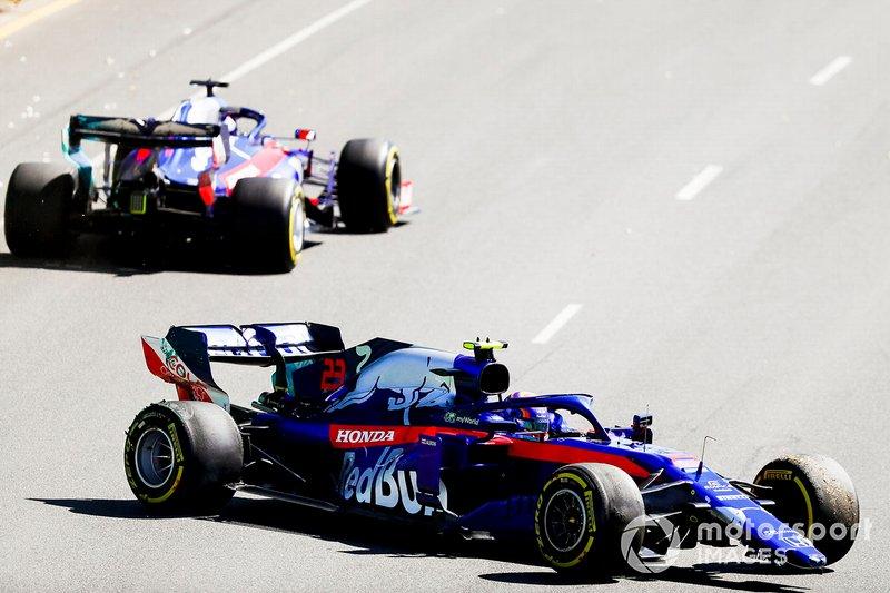 Alexander Albon, Toro Rosso STR14 con una nariz rota después de girar con Daniil Kvyat, Toro Rosso STR14 conduciendo