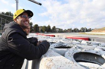 Daniel Ricciardo, Renault F1 Team e Alain Prost, consigliere speciale Renault F1 Team, guardano l'azione da bordo pista