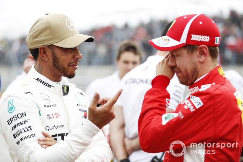 Lewis Hamilton, Mercedes AMG F1, discute avec Sebastian Vettel, Ferrari