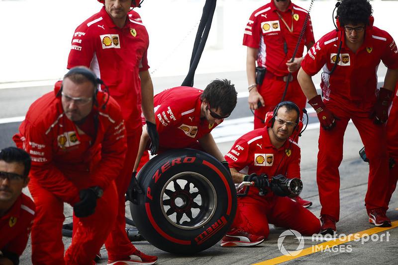 Mekanik Ferrari bersiap