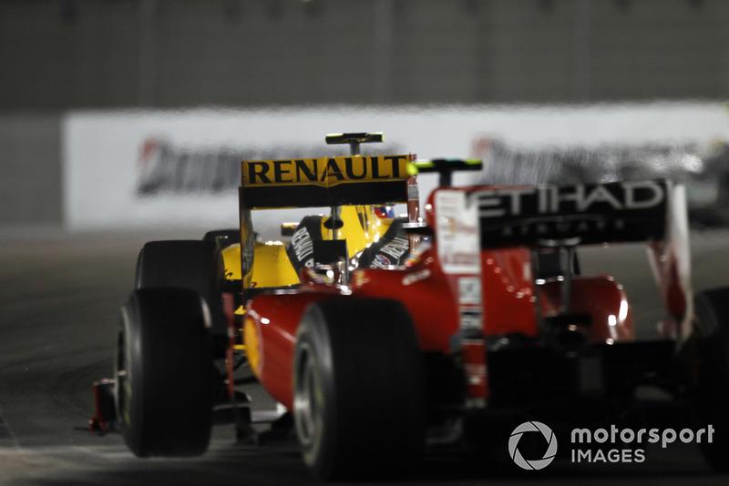Алонсо буквально повис на хвосте Renault, разрыв между гонщиками был минимален, но провести атаку никак не получалось. Мог ли кто-нибудь представить перед стартом, что Виталий внезапно вмешается в борьбу за титул?