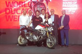 Foto di gruppo con Claudio Domenicali, AD Ducati Motor Holding, Andrea Dovizioso e la Ducati Monster 25esimo Anniversario