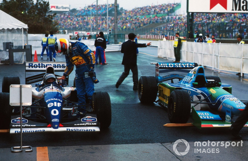 Michael Schumacher, Benetton, saluda al ganador Damon Hill, Williams
