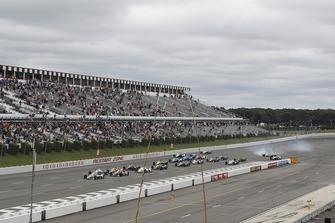 Start zum ABC Supply 500 in Pocono 2018: Will Power, Team Penske Chevrolet, führt; Spencer Pigot, Ed Carpenter Racing Chevrolet, crasht