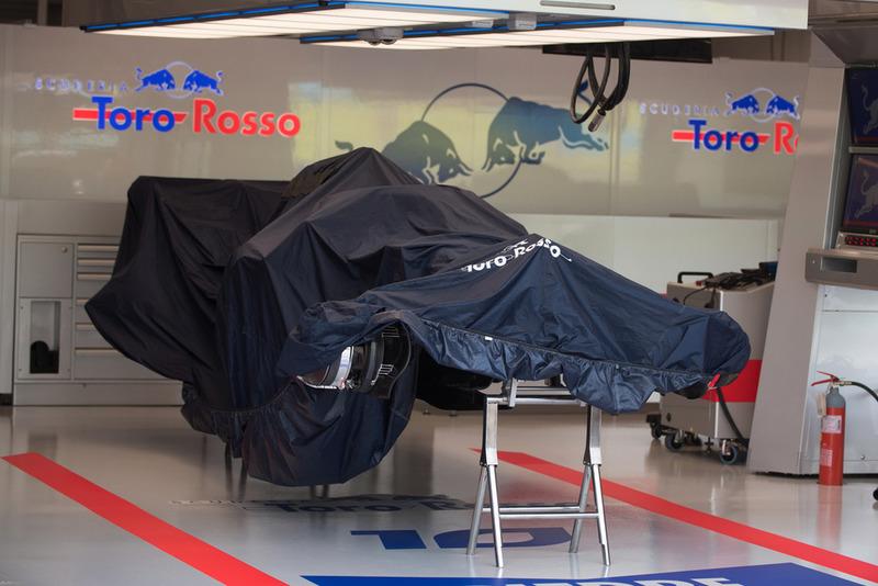 El STR13 de la Scuderia Toro Rosso en el box