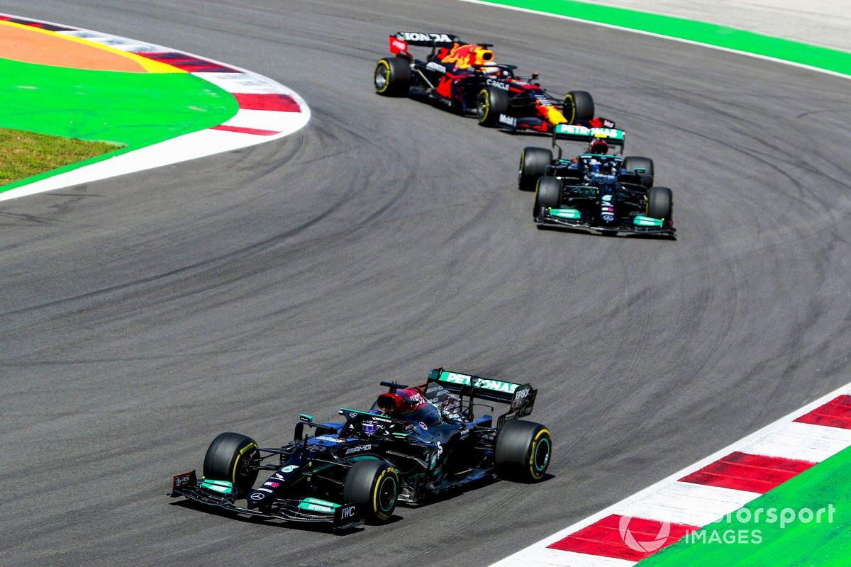 Lewis Hamilton, Mercedes W12, Valtteri Bottas, Mercedes W12 y Max Verstappen, Red Bull Racing RB16B