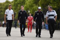 Jenson Button, McLaren, Stoffel Vandoorne, McLaren piloto de pruebas y de reserva yFernando Alonso,