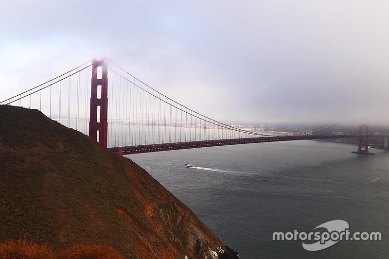 الضباب يخفي جزء من جسر البوابة الذهبية