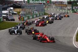 Sebastian Vettel, Ferrari SF71H voor Max Verstappen, Red Bull Racing RB14, Max Verstappen, Red Bull Racing RB14, Lewis Hamilton, Mercedes AMG F1 W09, Kimi Raikkonen, Ferrari SF71H, Daniel Ricciardo, Red Bull Racing RB14 en de rest bij de start