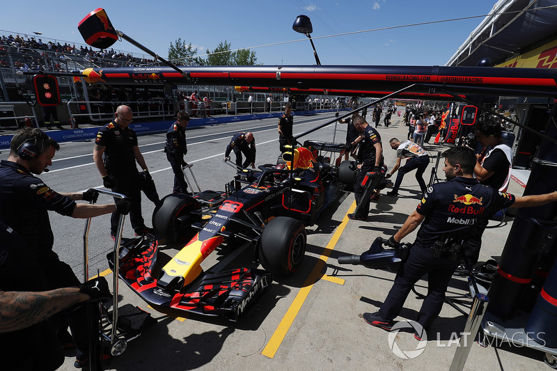 Max Verstappen, Red Bull Racing RB14, stops in his pit area