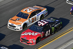 Kurt Busch, Stewart-Haas Racing Ford Fusion, Paul Menard, Wood Brothers Racing Ford Fusion