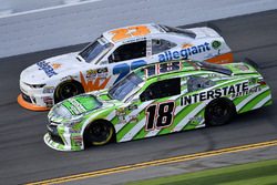 Daniel Suárez, Joe Gibbs Racing, Interstate Batteries Toyota Camry y Spencer Gallagher, GMS Racing,