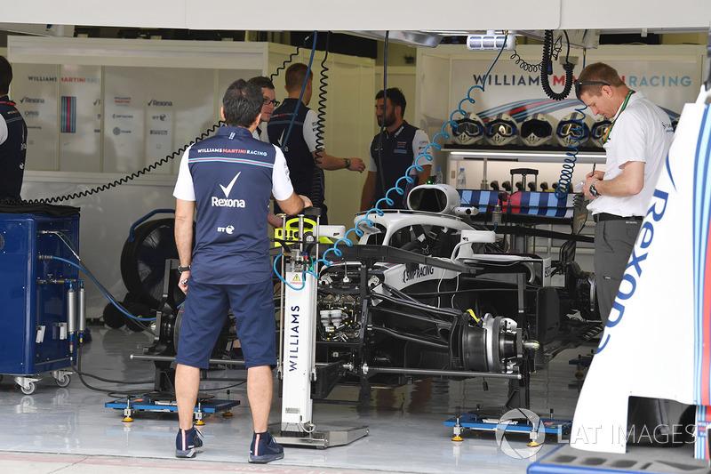Автомобиль Williams FW41 в гараже