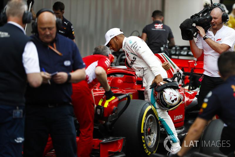Lewis Hamilton, Mercedes AMG F1, revisa el coche de Kimi Raikkonen Ferrari después de la calificación