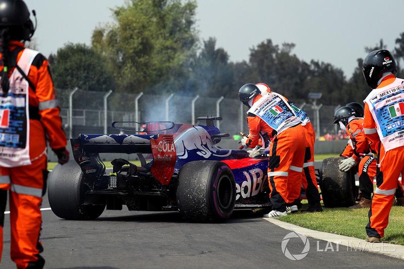 El coche de Brendon Hartley, Scuderia Toro Rosso es retirado por los Marshals después de quedarse parado por fallo del motor