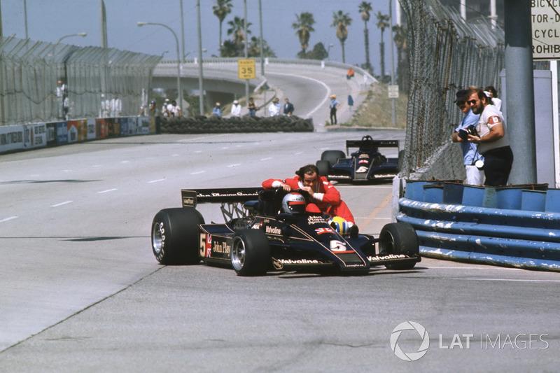 Long Beach 1977: Gunnar Nilsson (Lotus) menumpang Mario Andretti (Lotus)