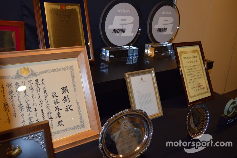 佐藤琢磨がインディ500優勝を受けて受賞した盾など