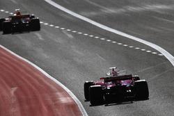 Daniel Ricciardo, Red Bull Racing RB13, Sebastian Vettel, Ferrari SF70H, sale de pits