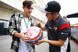 Santino Ferrucci, Haas F1 Team, signe un autographe