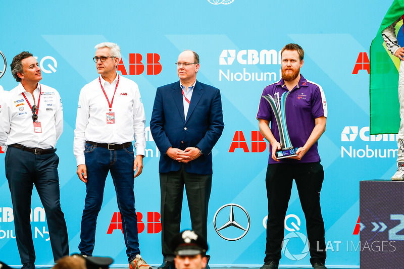 Alejandro Agag, CEO de Formula E, Ulrich Spiesshofer, Director Ejecutivo, ABB, y un mecánico del DS Virgin Team