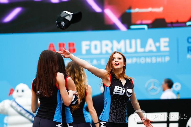 Performance EJ sul podio con le ballerine