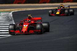 Kimi Raikkonen, Ferrari SF71H, y Daniel Ricciardo, Red Bull Racing RB14
