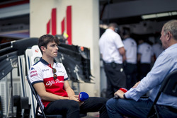 Charles Leclerc, Sauber, parla con Martin Brundle, Sky TV