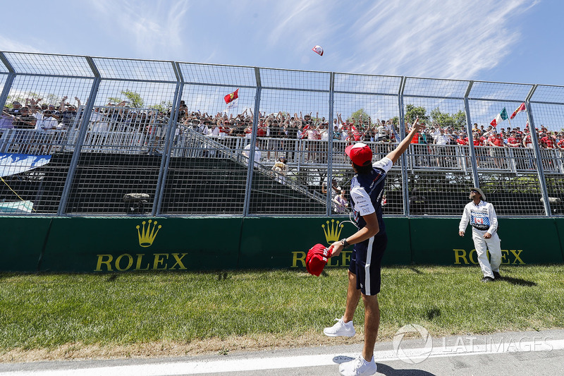 Lance Stroll, Williams Racing, lancia dei cappellini ai tifosi