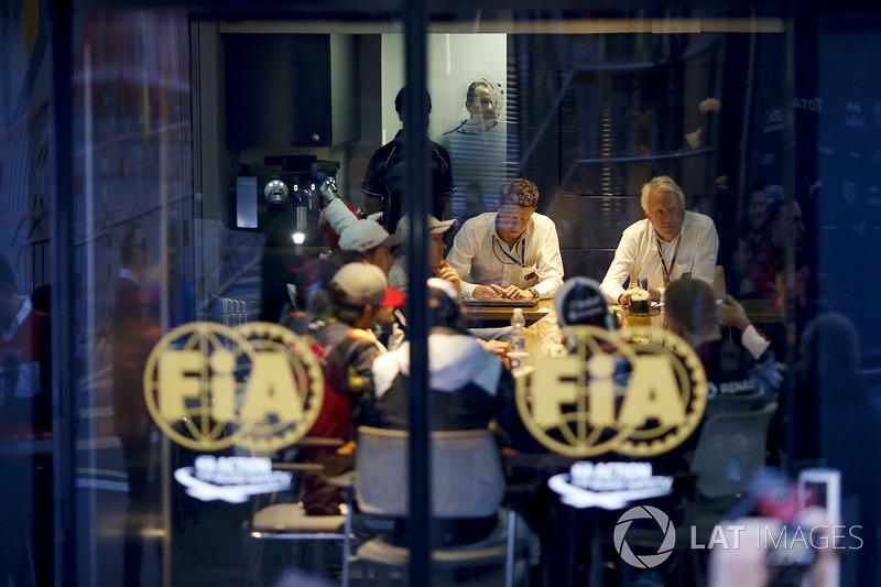 Charlie Whiting, Delegato FIA in a meeting con i piloti