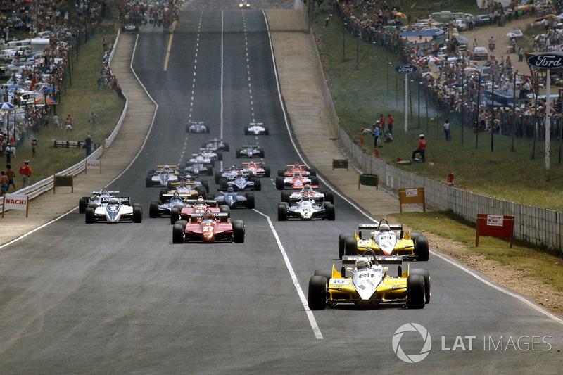 Départ: René Arnoux, Renault RE30B et Alain Prost, Renault RE30B mènent la course.