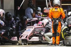 Esteban Ocon, Sahara Force India F1 VJM10, pit stop action