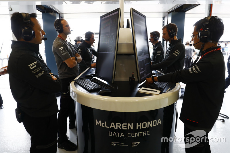 Yusuke Hasegawa, Senior Managing Officer, Honda, and McLaren engineers pour over some data