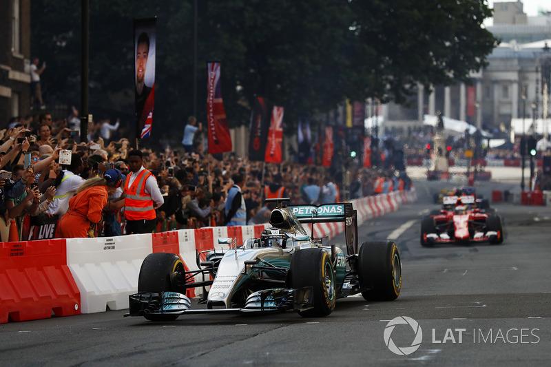 Valtteri Bottas, Mercedes, Sebastian Vettel, Ferrari, melakukan atraksi di jalanan