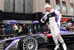 Richard Branson pose pour les photographes avec la combinaison DS Virgin Racing