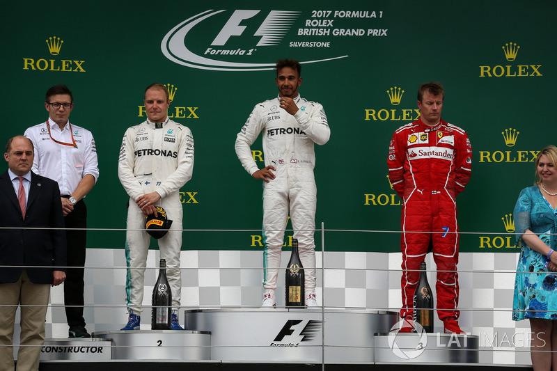 Podiudm: 1. Lewis Hamilton, Mercedes AMG F1, und 2. Valterri Bottas, Mercedes AMG F1; 3. Kimi Raikkonen, Ferrari, mit Peter Bonnington, Mercedes-Renningenieur