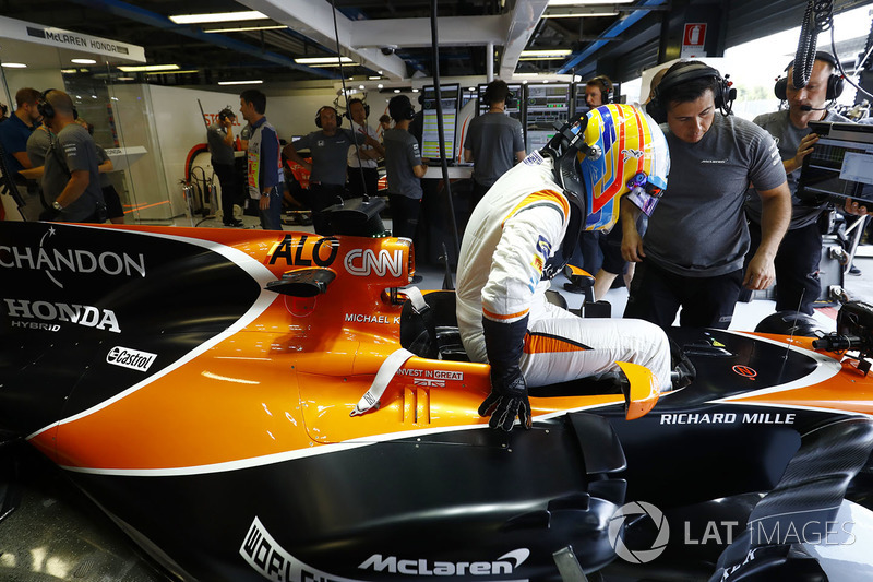 Fernando Alonso, McLaren MCL32, gets in his car