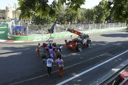Marshals remove the car of Daniil Kvyat, Scuderia Toro Rosso STR12