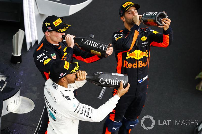 Друге місце Льюіс Хемілтон, Mercedes AMG F1, переможець гонки Макс Ферстаппен, Red Bull Racing,  третє місце Даніель Ріккардо, Red Bull Racing, святкують, шампанське на подіумі