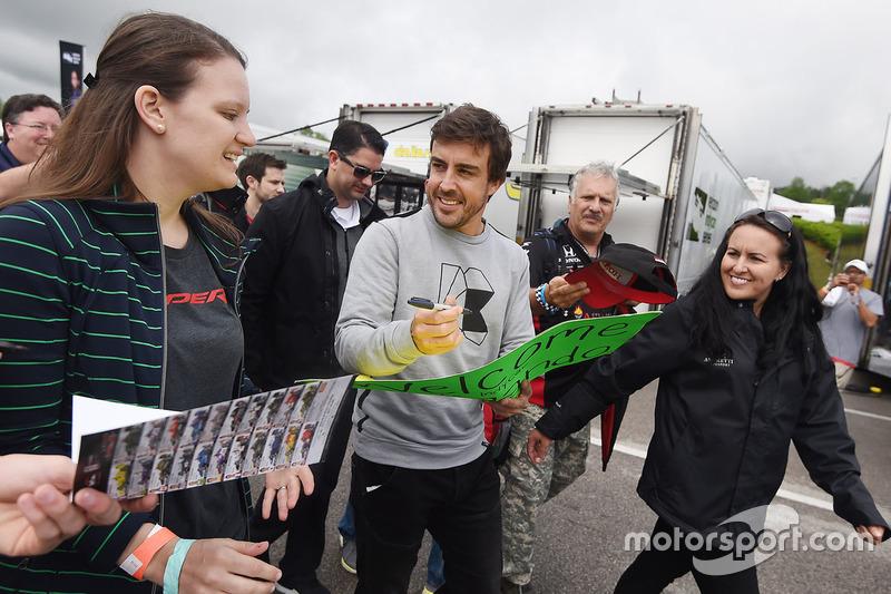 Fernando Alonso bersama dengan fans