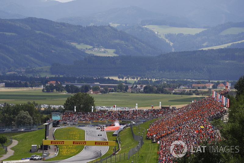 Валттері Боттас, Mercedes AMG F1 W08, очолює пелотон на старті