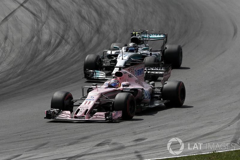 Серхио Перес, Sahara Force India VJM10, и Валттери Боттас, Mercedes AMG F1 W08