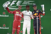 Подиум: обладатель второго места Себастьян Феттель, Ferrari, глава инженерного департамента Mercedes AMG F1 Альдо Коста, победитель Льюис Хэмилтон, Mercedes AMG F1, третье место - Макс Ферстаппен, Red Bull Racing