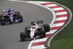 Sergio Perez, Force India VJM10, devant Daniil Kvyat, Scuderia Toro Rosso STR12
