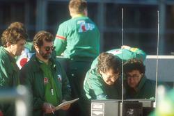 Jordan Teamchef Eddie Jordan schaut sich die Telemetriedaten an mit Designer Gary Anderson