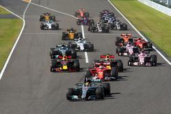 Start: Lewis Hamilton, Mercedes AMG F1 W08 leads