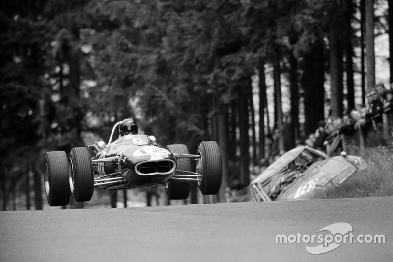 Dan Gurney evita al Eagle-Climax T1G más allá de los restos de un coche de turismo que se estrelló en Bruennchen