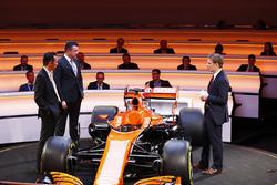 Старший директор Honda Юсуке Хасегава, гоночный директор McLaren Эрик Булье, телеведущий Саймон Лэзенби